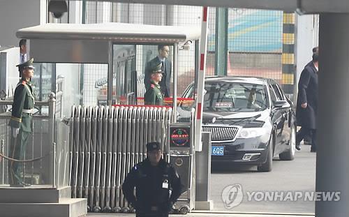 图中轿车为中方为金永南安排的车辆。(韩联社)