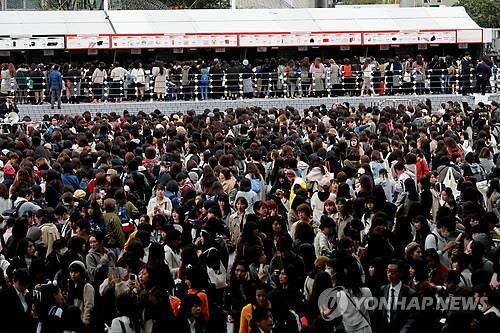 资料图片:11月13日,在东京巨蛋,日本歌迷聚集在防弹少年团演唱会场外。(韩联社)