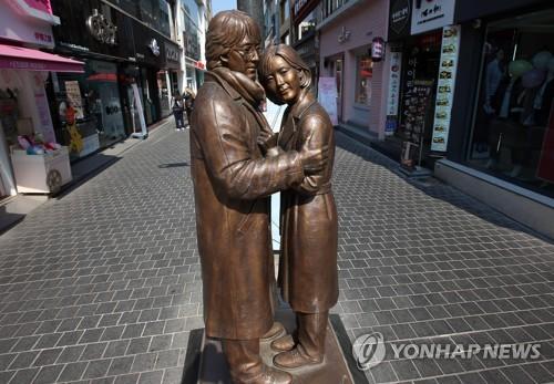 资料图片:春川明洞街头的《冬日恋歌》主角雕像(韩联社)