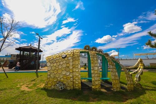 金浦市大明浦口附近的大明舰上公园有一件用锅盖创作的造型艺术品。(韩联社记者成演在摄)