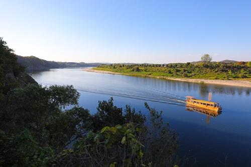 古色古香的黄布帆船起航的此岸便是和平世界路,彼岸是涟川郡地界。(韩联社记者成演在摄)
