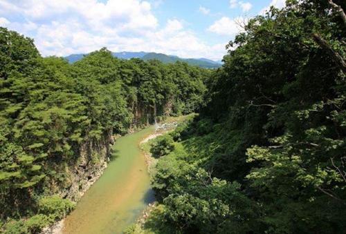 漫步临津江畔,仰观绝壁,俯察江流。(韩国土交通部供图)
