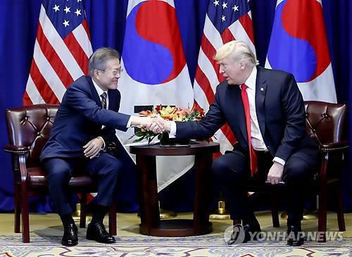 资料图片:当地时间9月24日下午,在美国纽约乐天纽约皇宫酒店,韩国总统文在寅(左)和美国总统特朗普在举行首脑会谈前握手。 (韩联社)