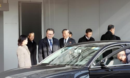 11月24日,在北京首都机场,朝鲜副外相朴明国(左三)准备乘坐中方安排的车辆。(韩联社)
