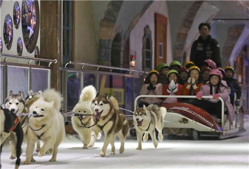 孩子们乘坐哈士奇雪橇。(韩联社记者成演在摄)