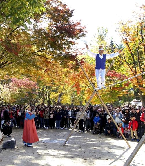 资料图片:南怡岛的传统走绳演出(韩联社)