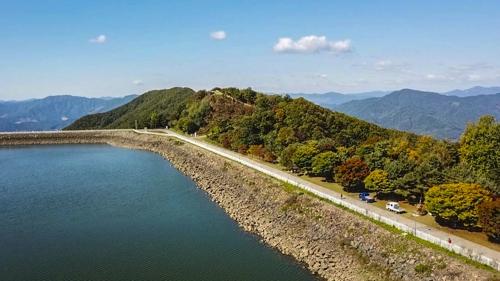 从上方眺望到的虎鸣湖(韩联社记者成演在摄)