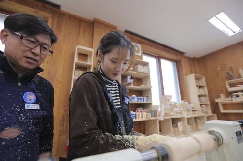 游客体验木工(韩联社记者成演在摄)