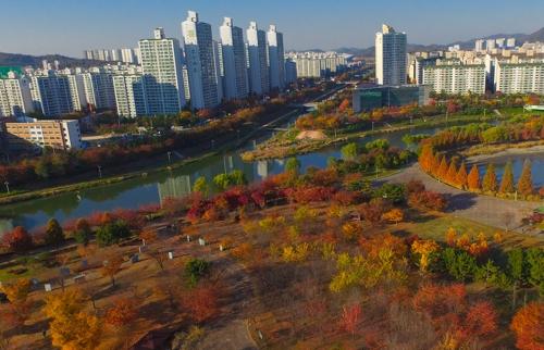鸟瞰湖水公园(韩联社记者成演在摄)