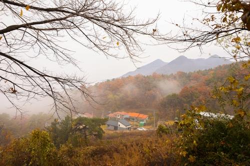 从入口处眺望到的白云峰(韩联社记者成演在摄)