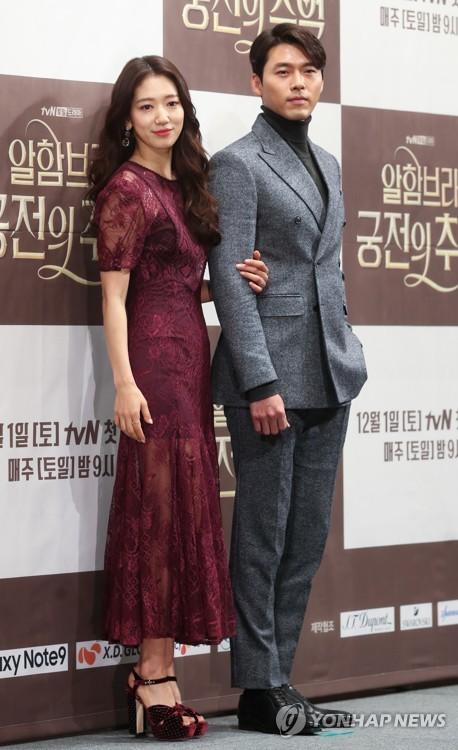 11月28日,在首尔江南区,演员玄彬(右)和朴信惠出席新剧《阿尔布罕宫的回忆》发布会。(韩联社)