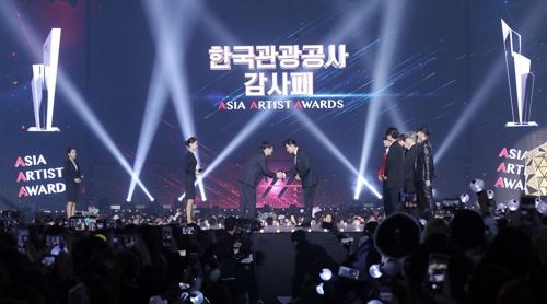 韩观光公社向李炳宪和BTS颁发感谢牌