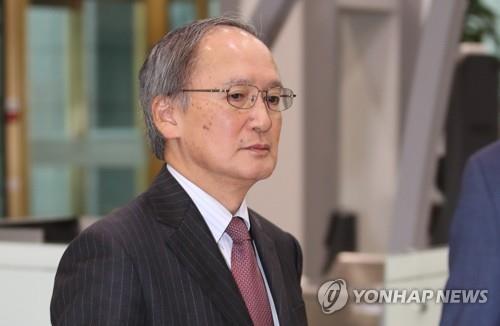 11月29日下午,在首尔,日本驻韩大使长岭安政神情凝重地走入韩国外交部。(韩联社)
