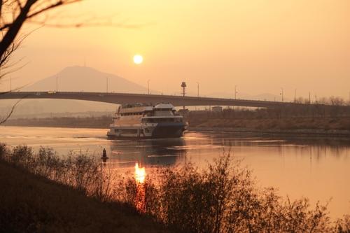 京仁运河两岸都有自行车道。(韩联社记者成演在摄)