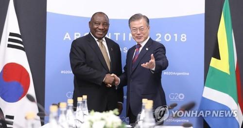 文在寅同南非总统拉马福萨举行会谈