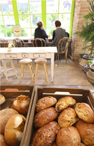 宝亭洞咖啡胡同的一家面包店里,新出炉的面包令人垂涎欲滴。(韩联社记者成演在摄)
