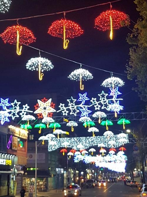 东豆川市街道上空的霓灯彩饰(韩联社记者成演在摄)