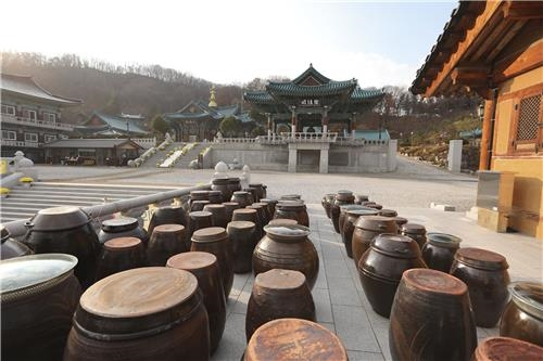 法轮寺里的酱坛(韩联社记者成演在摄)
