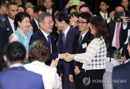 当地时间12月3日下午,在新西兰奥克兰,韩国总统文在寅和夫人金正淑出席韩人韩侨座谈会。(韩联社)