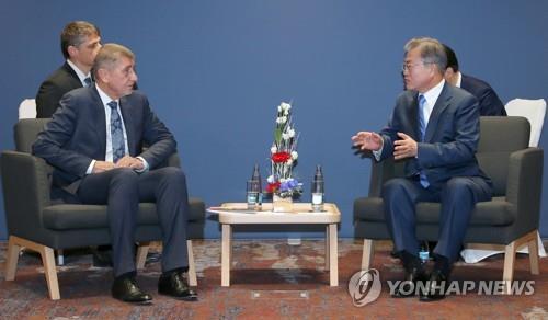 当地时间11月28日,在捷克布拉格,文在寅(右)同捷克总理安德烈·巴比什举行会谈。(韩联社)