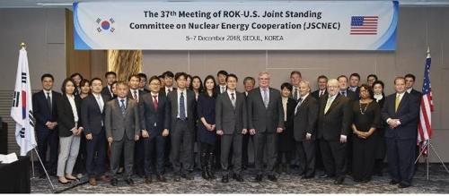 韩美原子能共同常设委员会第37次会议于12月5-7日在首尔举行。与会的两国代表团合影留念。(韩联社/科学技术信息通信部供图)