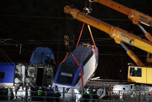 韩国高铁脱轨事故现场清理工作正在进行
