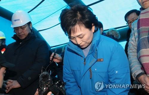 韩交通部长就高铁脱轨事件致歉 要求严肃问责