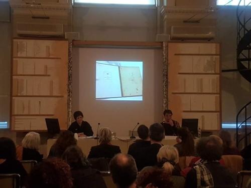 12月11日,在罗马,意大利文物修复专家介绍用韩纸修复列奥纳多·达·芬奇《鸟类飞行手稿》计划。(韩联社)