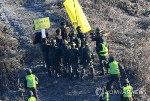 12月12日,在非军事区,韩朝双方人员为检查试点拆除哨所情况会合。(韩联社/联合采访团)