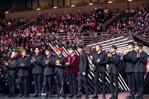 12月12日,在日本埼玉举行的2018Mnet亚洲音乐颁奖礼日本场舞台上,Wanna One发表获奖感言。(韩联社/CJ ENM供图)