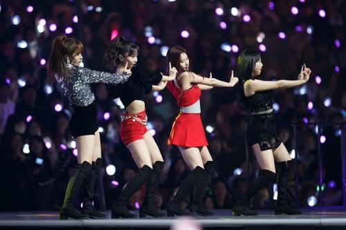 12月12日,在日本埼玉举行的2018Mnet亚洲音乐颁奖礼日本场舞台上,女团TWICE热舞。(韩联社/CJ ENM供图)