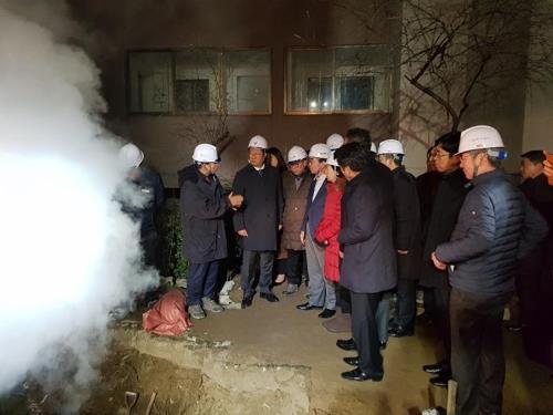 资料图片:木洞热水管道爆裂事故现场(韩联社)