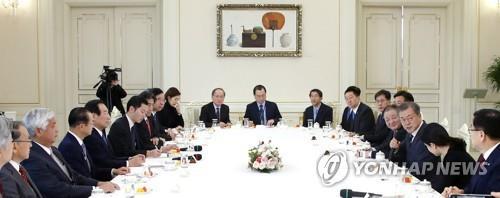 12月14日,在青瓦台,文在寅(右三)会见韩日议员联盟代表团。(韩联社)