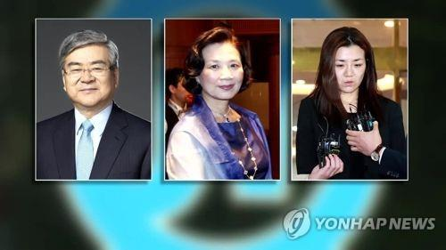 左起依次是韩进会长赵亮镐、夫人李明姬、次女赵显旼。(韩联社)