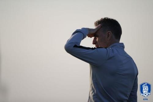 韩国男足主教练本托指挥选手训练。(韩联社/韩国足协供图)