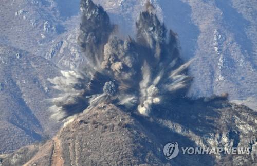 资料图片:韩朝非军事区哨所试点拆除现场(韩联社/国防部供图)