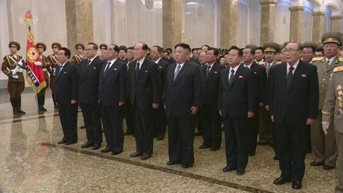 1月1日,在平壤,朝鲜国务委员会委员长金正恩(前排右三)在新年到来之际前往安置金日成和金正日遗体的锦绣山太阳宫参拜。图片仅限韩国国内使用,严禁转载复制。(韩联社)