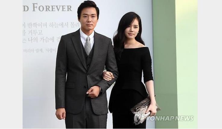 资料图片:演员韩佳人(右)和延政勋夫妇(韩联社)