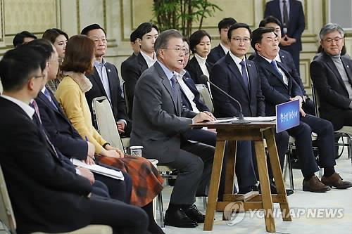 """资料图片:1月7日下午,在青瓦台迎宾馆举行的""""与中小、风险企业家对话""""活动上,文在寅(前排左四)发言。(韩联社)"""