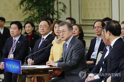 """1月7日下午,在青瓦台,韩国总统文在寅出席""""中小和风险企业家对话""""活动并发言。(韩联社)"""