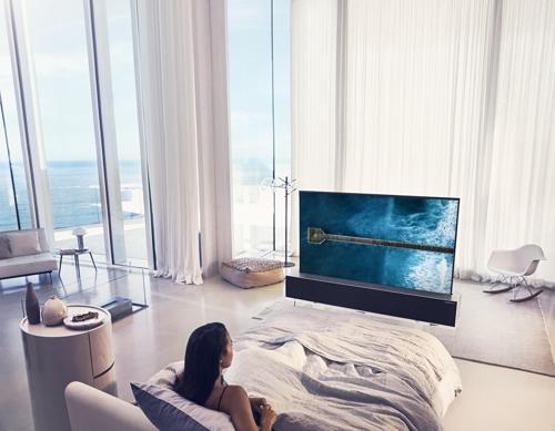 "LG电子可卷曲OLED电视""SIGNATURE OLED TV R""(LG电子供图)"