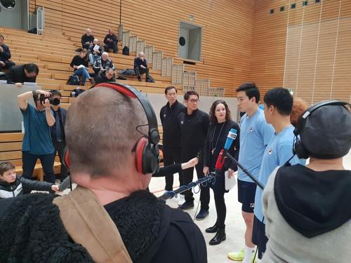 资料图片:德国媒体现场采访韩朝媒体公开训练。(大韩手球协会供图)