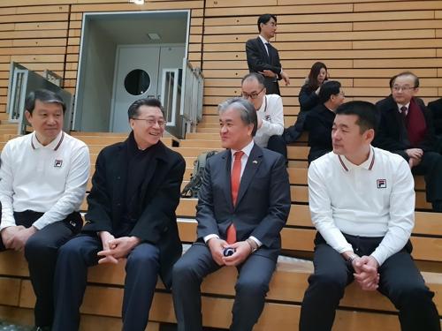 资料图片:在1月4日进行的媒体公开训练上,韩国驻德国大使郑范九(右二)、朝鲜驻德国大使朴男永(左二)参观训练。(大韩手球协会供图)