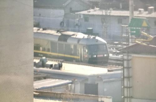 1月8日上午11时许,朝鲜国务委员会委员长金正恩乘坐的专列驶入北京站。(韩联社)