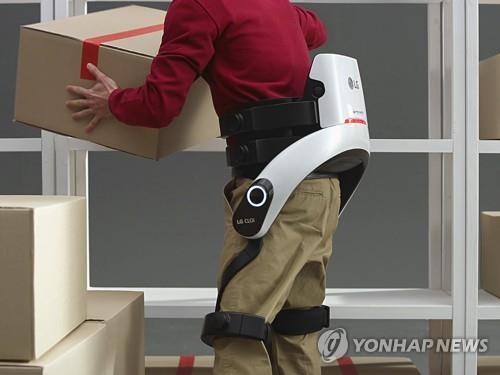 LG CLOi SuitBot机器人(韩联社/LG电子供图)