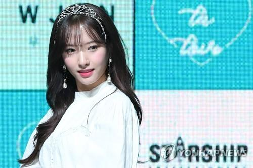 1月8日,在位于首尔市广津区的YES 24剧场,苞娜在迷你新辑《WJ STAY?》抢听会上摆姿势供记者拍照。(韩联社)