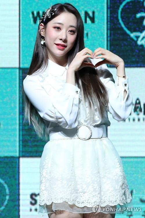 1月8日,在位于首尔市广津区的YES 24剧场,宇宙少女成员琏静在迷你新辑《WJ STAY?》抢听会上摆姿势供记者拍照。(韩联社)