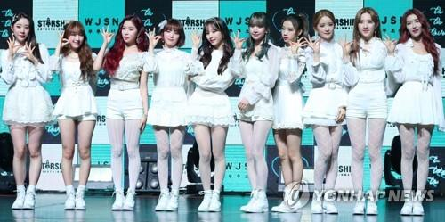 1月8日,在位于首尔市广津区的YES 24剧场,宇宙少女在迷你新辑《WJ STAY?》抢听会上摆姿势供记者拍照。(韩联社)