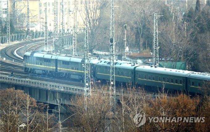 1月9日下午2时许,朝鲜国务委员会委员长金正恩所乘专列驶出北京站。(韩联社)
