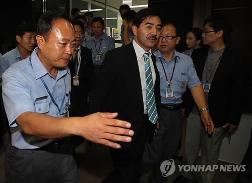 资料图片:2011年8月,佐藤正久(左二)试图进入韩国境内被阻止。(韩联社)
